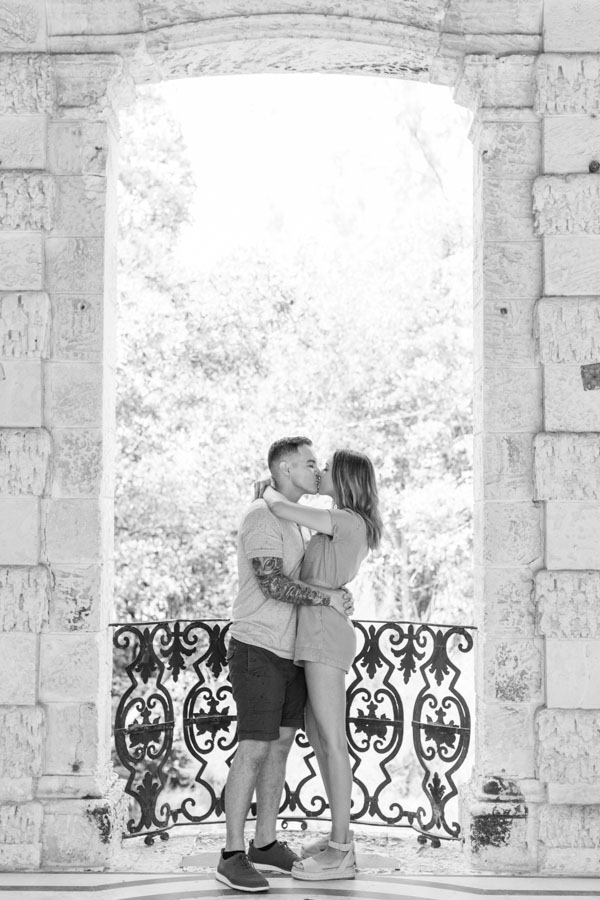 couple kiss vizcaya museum gardens