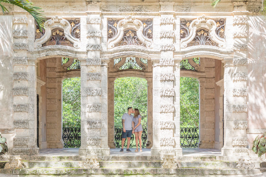 couples kiss vizcaya